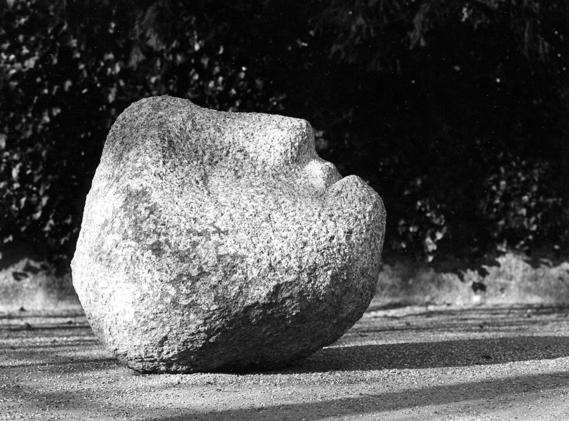 L'image d'une sculpture en pierre, qui rappelle un visage humain.