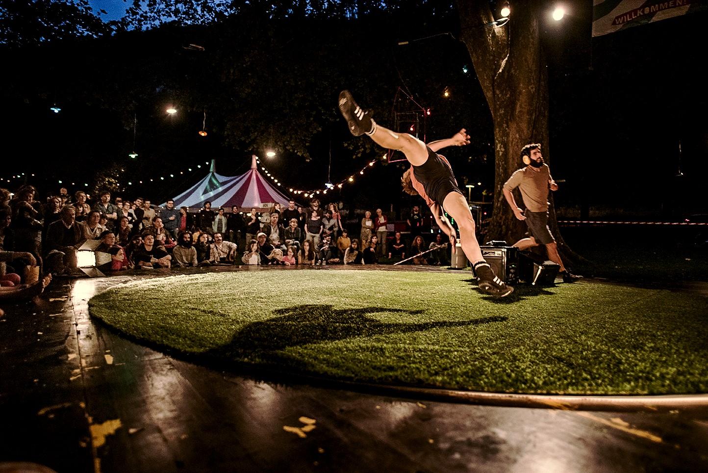 Représentation acrobatique au PlusQ'île Festival