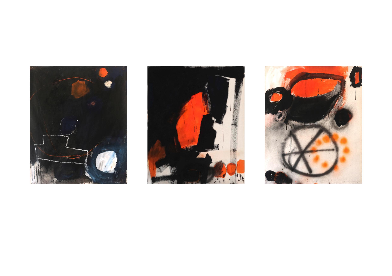 Drei gemalte, abstrakte Bilder in den Farben Schwarz, Weiss und Orange.