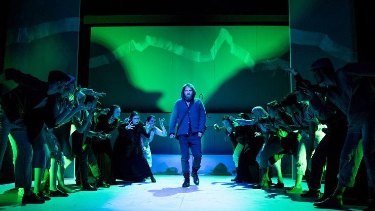 Akteurinnen und Akteure einer Vorführung des Theater Orchesters Biel Solothurn bilden auf der Bühne eine Gasse, durch welche der Hauptakteur schreitet.