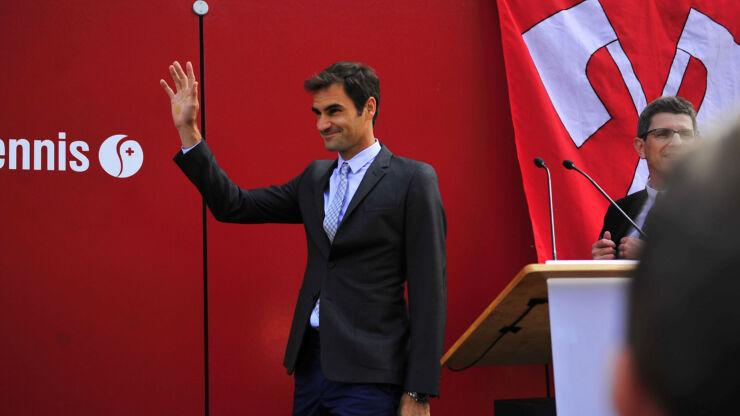 Roger Federer winkt den Teilnehmenden an der Einweihungsfeier der Roger-Federer-Allee zu. Neben ihm steht der Bieler Stadtpräsident Erich Fehr.
