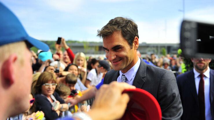 Roger Federer, umringt von zahlreichen Fans, erfüllt geduldig Autogramm- und Fotowünsche.