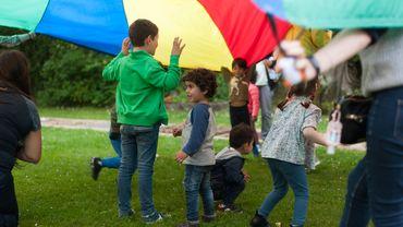 Photos d'enfants en train de participer à différents jeux sur la pelouse de FamiPlus.