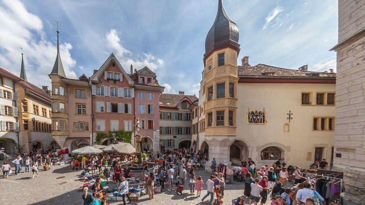 Vue sur la place «Ring» et le marché aux puces en Vieille Ville de Bienne