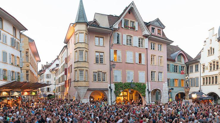 Menschen an einem Konzert im Rahmen des Sommerfestivals Pod'Ring in der Bieler Altstadt