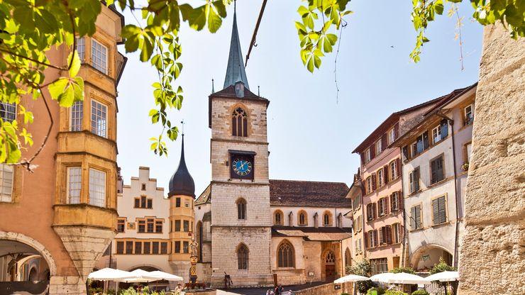 Der Ringplatz in der Altstadt umringt von historischen Häusern