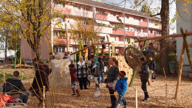 Familles participant à l'inauguration de la place de jeu du chemin du Bergfeld le 28.10.2017