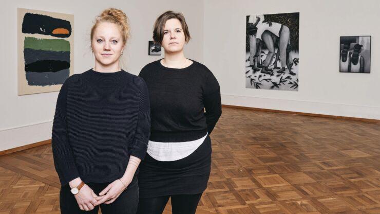 Im Vordergrund sind die beiden Preisträgerinnen Lea Krebs und Céline Ducrot abgebildet, im Hintergrund ihre Werke.